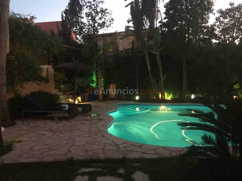 Chalet de dise o estilo balin s con jard n y piscina for Barbacoa y piscina madrid